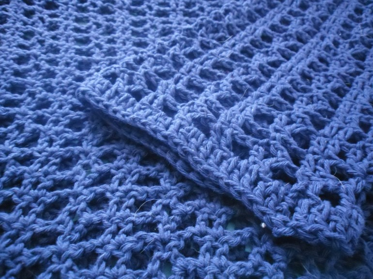 Enroscando el hilo azul